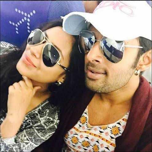 Trước đó vẫn là hình seflfie của cô cùng bạn trai trên máy bay. Cả 2 đã có một kỳ nghỉ tuyệt vời tại Goa. Pratyusha chú thích: ' Goa! Yêu Goa!'