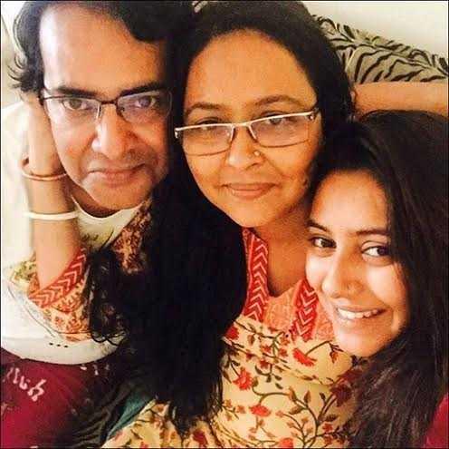 """Bức ảnh này được chia sẻ vài tuần trước dịp sinh nhật cha Pratyusha. Cô viết: 'Khoảnh khắc đáng trân trọng! Cha mẹ là tất cả!"""""""