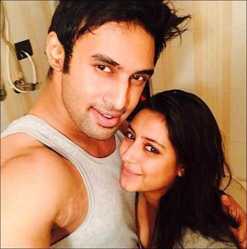 Một bức ảnh hạnh phúc khác của Pratyusha và bạn trai. Cô viết một bài hát lãng mạn cho Rahul khi đăng tải khoảnh khắc này.