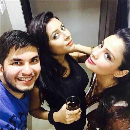 Pratyusha là con người của bạn bè. Cô chia sẻ niềm vui bên những người bạn trong một buổi party.