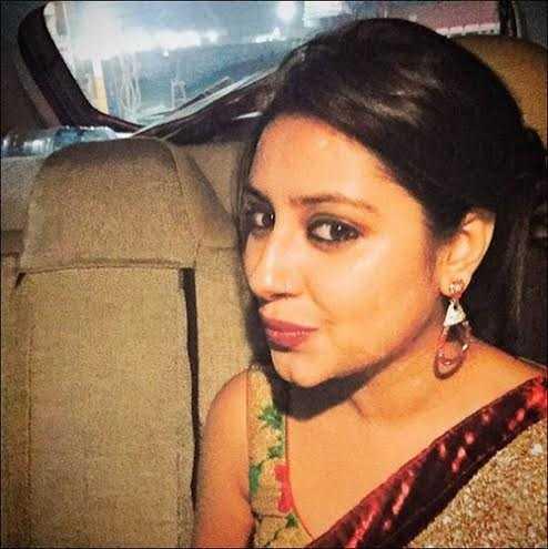 Bức ảnh chụp vội khi Pratyusha đang trên xe trở về nhà. Cô nhí nhảnh: 'Ôi! Mệt và buồn ngủ…!'