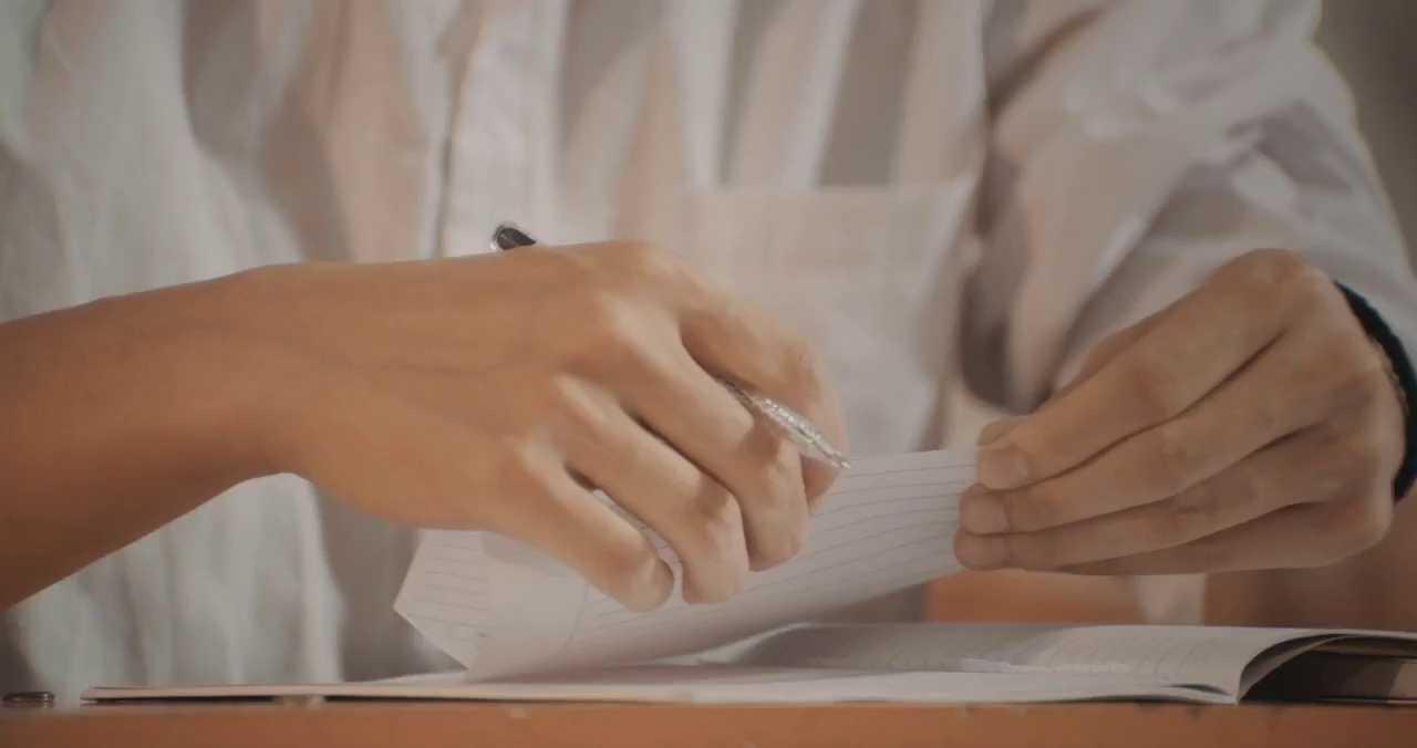 Những trò đùa nghịch ngợm, những lá thư trao tay.