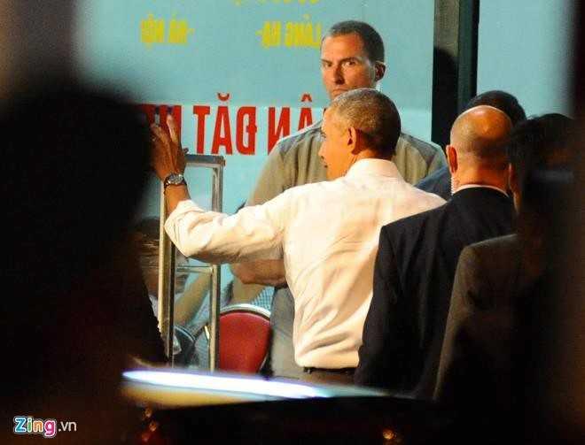 Tổng thống vẫy tay chào người dân rồi đi vào quán bún chả trên phố Lê Văn Hưu Ảnh:  Việt Hùng/Zing