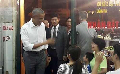 Ông vẫy tay chào những người trong quán ăn (Ảnh: Phương Linh/VNE)