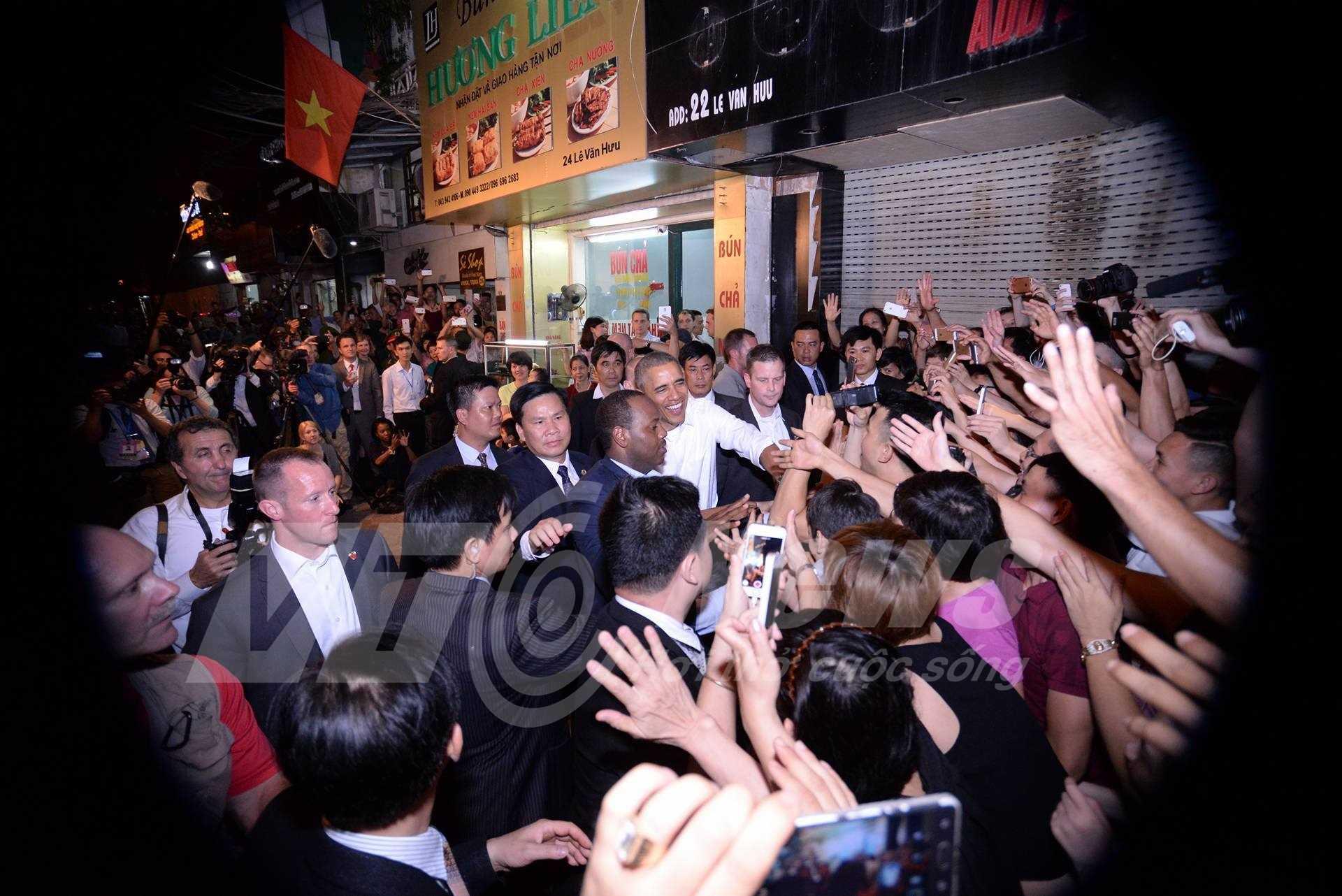 Trước đó, khoảng 20h tối 23/5, tổng thống Obama bất ngờ xuất hiện trên phố Lê Văn Hưu (ảnh Tùng Đinh)