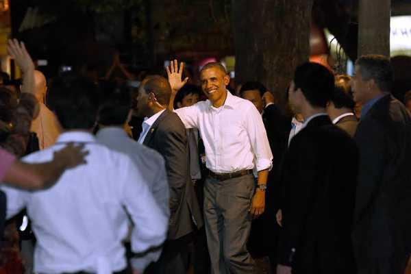 Tống thống Obama vui vẻ vẫy tay chào (Ảnh: VNE)