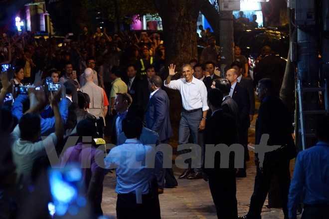 Tổng thống Obama tươi cười vẫy tay chào người dân (ảnh Minh Sơn/Vietnamplus)