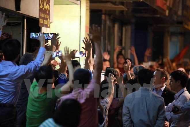 Tổng thống Obama xuất hiện trong sự chào đón, háo hức của người dân Hà Nội (ảnh Minh Sơn/Vietnamplus)