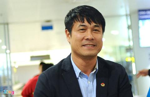 HLV Hữu Thắng trở về Nội Bài chiều 31/3, với logo VFF trên ngực trái.