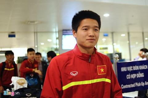 Thủ môn Phí Minh Long và các tuyển thủ được Phó chủ tịch VFF, ông Nguyễn Xuân Gụ chào đón tại sân bay Nội Bài.