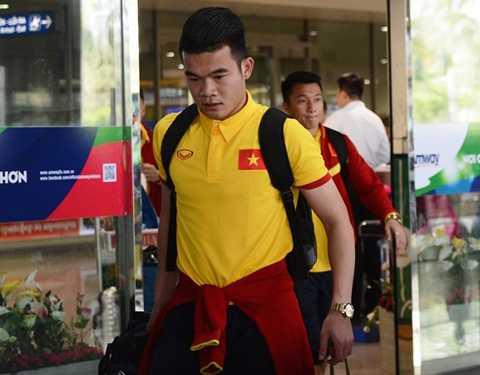Hoàng Thịnh và các cầu thủ SLNA đi cùng nhóm 24 tuyển thủ về sân bay Tân Sơn Nhất. Ảnh: Nguyễn Đăng