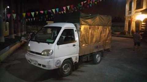 Chiếc xe chờ thùng phuy chứa dầu ăn đã qua sử dụng, mang đi tiêu thụ trên thị trường