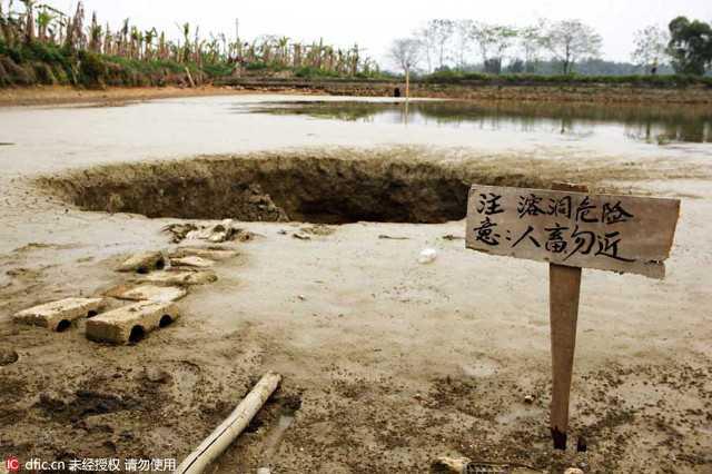 Biển cảnh báo được dựng gần hố để người lạ không đến gần