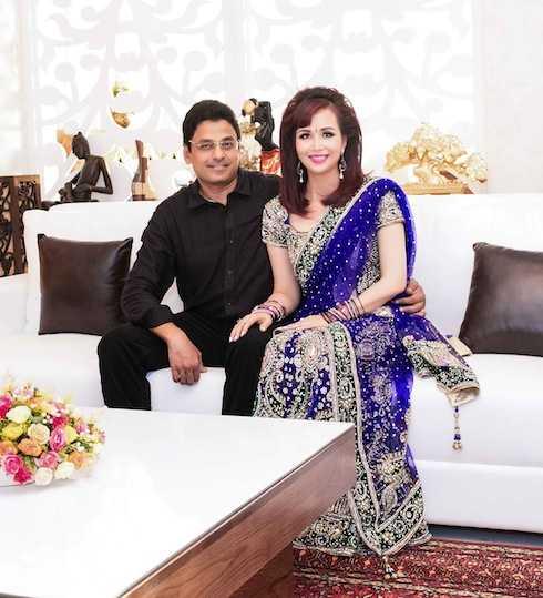 Hoa hậu Diệu Hoa hạnh phúc nắm tay chồng đến dự sự kiện.