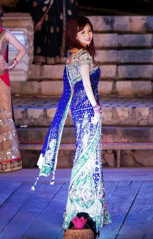 Hoa hậu Diệu Hoa tham gia trình diễn trang phục dân tộc Ấn Độ.