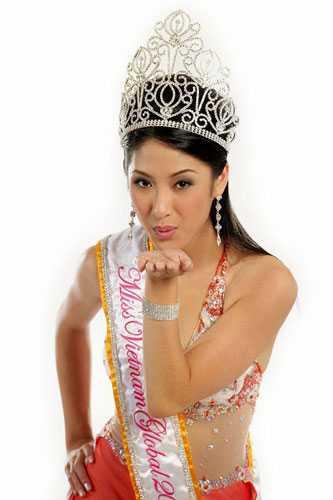 Jenifer Le - Hoa Hậu Việt Nam Toàn Cầu   tại Mỹ sinh ra và lớn lên tại Mỹ nhưng am hiểu văn hoá Việt Nam, cô   nói tiếng Việt rất tốt.