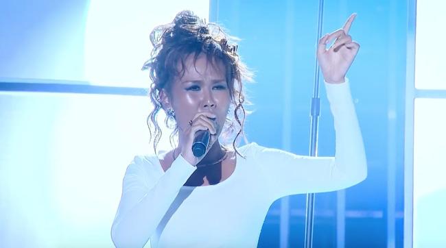 Võ Hạ Trâm tưởng nhớ Whitney Houston.