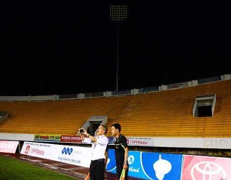 Giám sát trận đấu Trương Trọng Đạt cùng các trọng tài ở góc sân có dàn đèn bị hư.