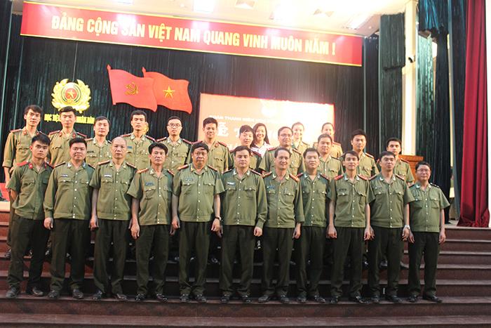 Lãnh đạo và cán bộ Học viện An ninh nhân dân chụp ảnh kỷ niệm.
