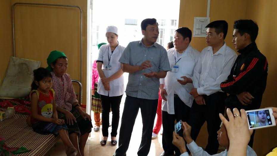Ông Tuấn (Phó Chủ tịch huyện Yên Minh, thứ 4 từ phải sang) đang thăm hỏi động viên gia đình cháu Lúa.