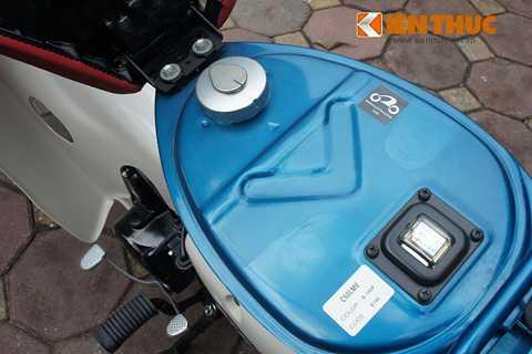 Đồng hồ báo xăng đặt dưới yên với kim chỉ   xăng quen thuộc, đơn giản. Được biết, Honda sử dụng động cơ phun xăng   điện tử tiên tiến cho mẫu xe này, nên mức tiêu thụ nhiên liệu tiết kiệm -   chỉ 0,8 lít/100 km.