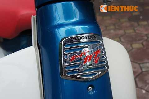 Mặt nạ của xe không quá cầu kỳ,   nó được làm bằng tấm kim loại với dòng chữ Honda in nổi. Cùng với đó là   dòng chữ Nhật, đánh dấu phiên bản dành cho thị trường nổi tiếng với   thương hiệu xe này.