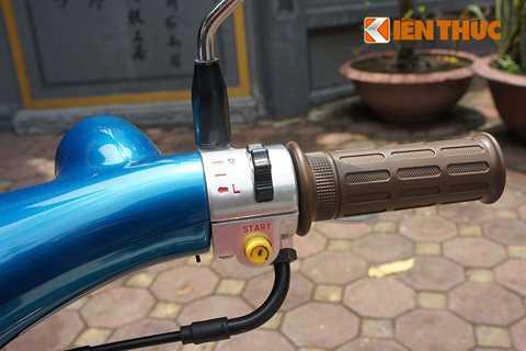 Riêng tay lái bên phải được bố trí nút điều khiển đèn báo rẽ và đặc biệt thêm nút đề khởi động xe.