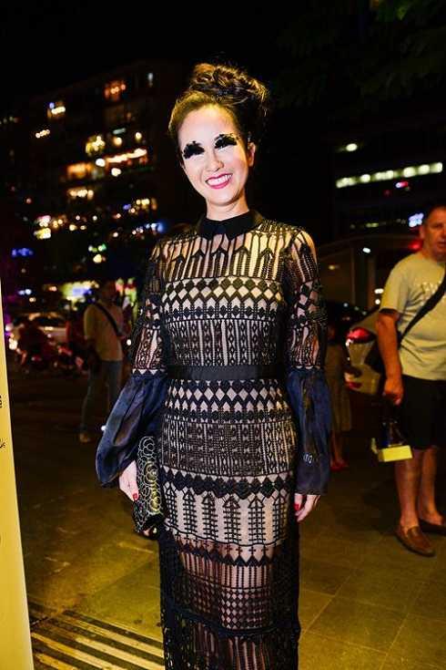 Có mặt trong đêm khai mạc Tuần lễ Nhà thiết kế thời trang Việt Nam, nữ ca sĩ Hồng Nhung khiến nhiều người choáng váng với hàng mi giả bằng lông vũ. Trên thế giới, nhiều ngôi sao nổi tiếng từng lựa chọn cách trang điểm như thế này, những có lẽ, giọng ca