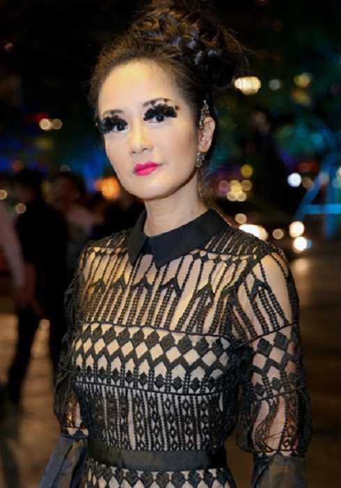 Cách trang điểm của Hồng Nhung không phù hợp với váy ren cổ điển. Đôi mắt sắc sảo không phù hợp với màu son hồng neon, khiến gương mặt của cô Bống trở nên có phần