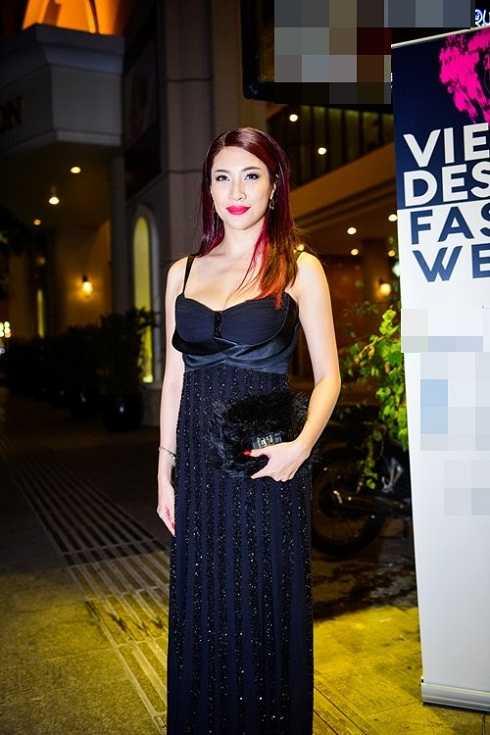 Nữ ca sĩ Pha Lê đánh mất vòng eo bởi cách lựa chọn trang phục không phù hợp.