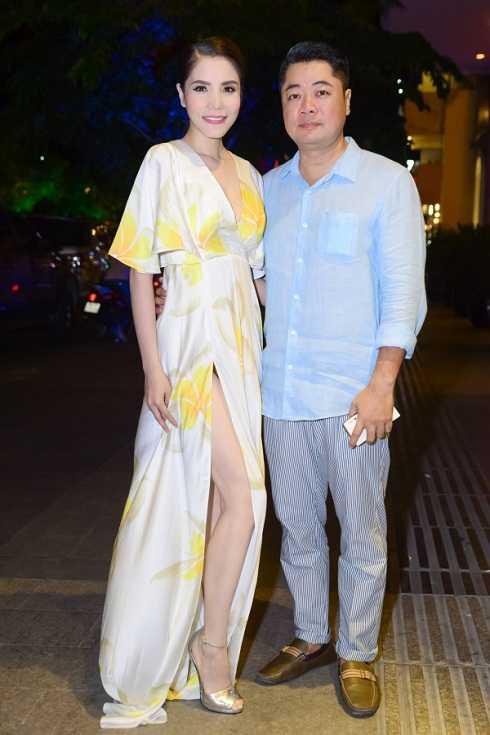 Vợ chồng nữ ca sĩ Kiwi Ngô Mai Trang có vẻ xuề xòa và quá đơn giản khi tới dự một sự kiện về thời trang.
