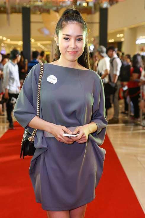 Lê Phương đánh mất những đường cong gợi cảm bằng bộ váy chưa thực sự đẹp mắt.