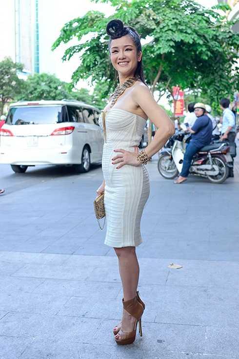 Hồng Nhung tiếp tục không được đánh giá cao với bộ váy bó sát màu trắng. Các phù kiện nặng nề và kiểu tóc không phù hợp khiến cô để lộ thân hình nhỏ bé.