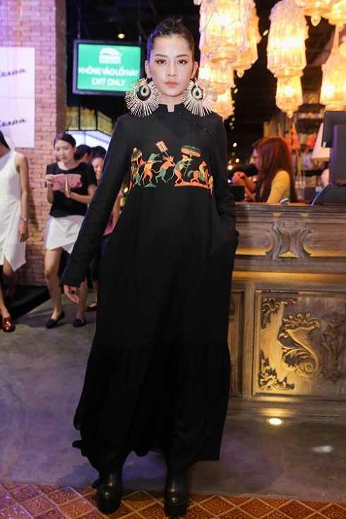 Vóc dáng của Chi Pu càng trở nên nhỏ bé trong bộ váy rộng màu đen.