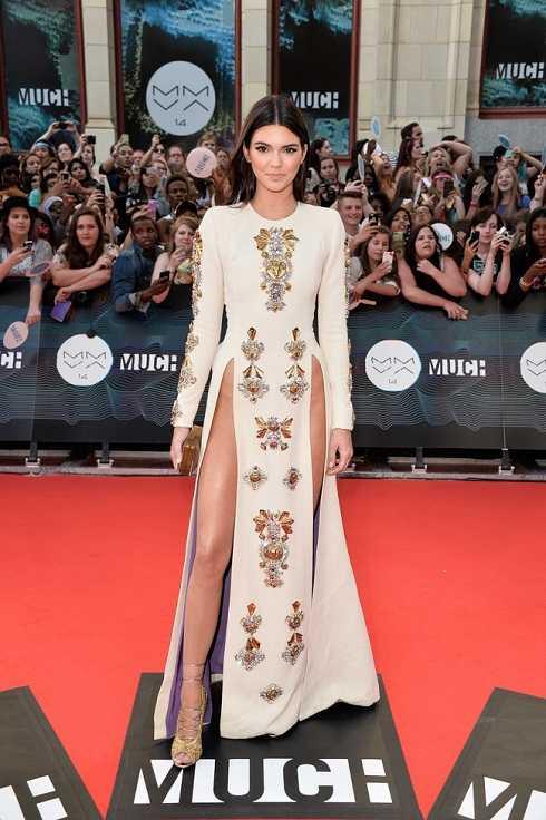 Một số khán giả tinh ý phát hiện, bộ váy của Thủy Tiên có nhiều nét tương đồng với trang phục mà người mẫu Kendall Jenner từng mặc.