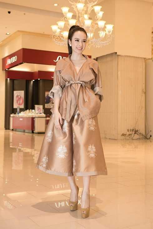 Angela Phương Trinh diện bộ trang phục rườm rà trong buổi họp báo giới thiệu phim