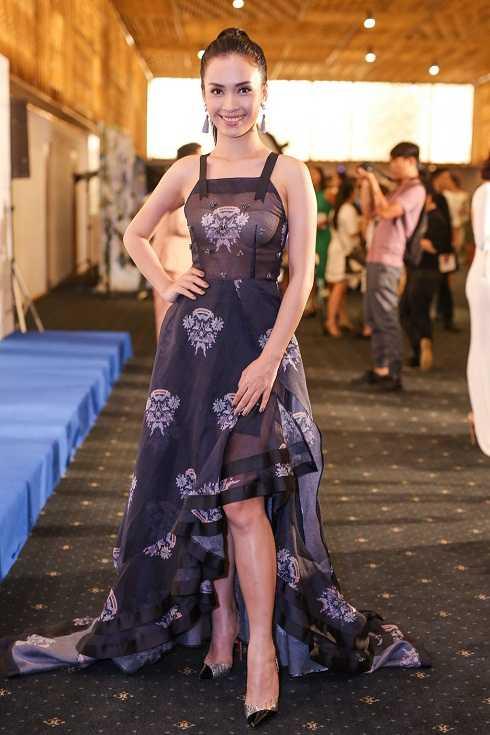Bộ váy của Phan Lê Ái Phương sẽ không tệ, nếu như cô lựa chọn nội y khéo léo hơn.