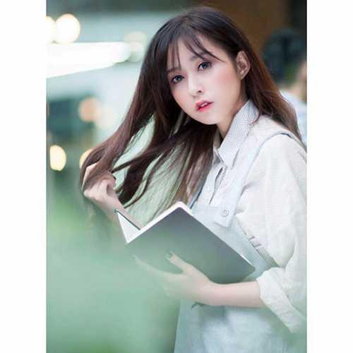 Ngoài học tập, Trang còn làm mẫu ảnh cho các cửa hàng quần áo.