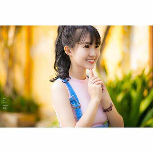 9x này sinh ra và lớn lên tại Việt Nam, bố mẹ là người   gốc Hoa, Cô có khả năng nói được 3 thứ tiếng là tiếng Anh, Trung và   tiếng Việt.