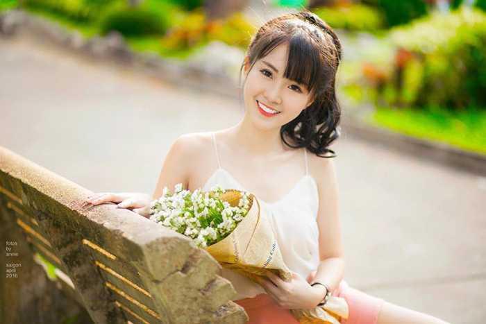 Nữ sinh này thích mua sắm, trang điểm và tìm hiều về các loại mỹ phẩm.