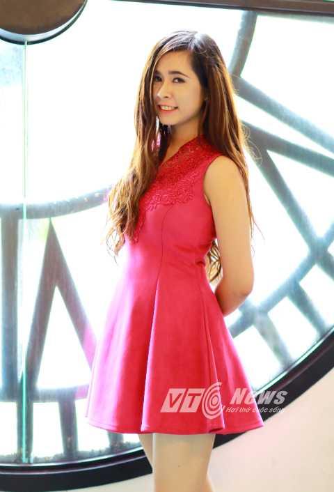 Khuôn mặt trong sáng, trẻ trung, yêu đời, miệng luôn tươi cười khiến Khánh Linh được bạn bè yêu mến