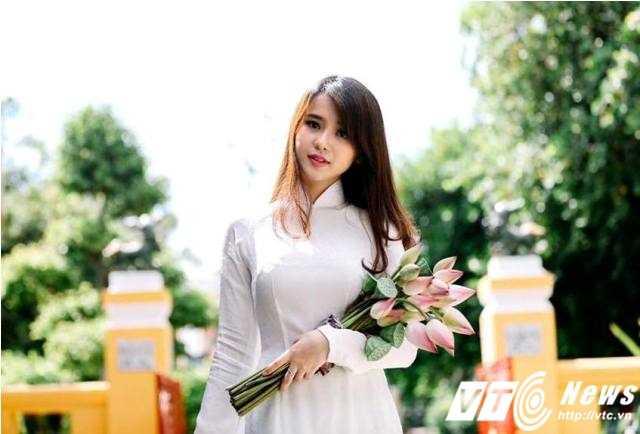 Trâm Trinh đẹp rạng ngời khi tạo dáng cùng hoa sen. (Ảnh: Hoàng Lê Nhân).