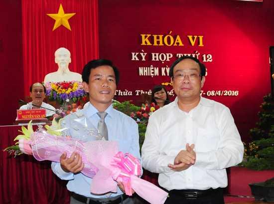 Ông Nguyễn Văn Phương (trái) vừa được bầu giữ chức Phó Chủ tịch UBND tỉnh Thừa Thiên - Huế. (Ảnh: Cổng Thông tin Điện tử TT. Huế).