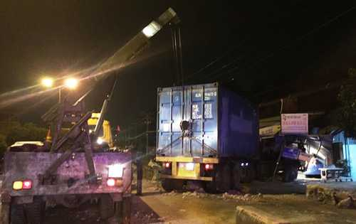 Đến rạng sáng nay 16/5, xe cẩu vẫn đang tiến hành cứu hộ chiếc xe đầu kéo container gặp nạn trên QL22.