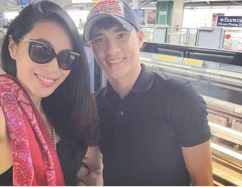 Thủy Tiên chụp ảnh cùng chồng khi cả hai đang ở Thái Lan.