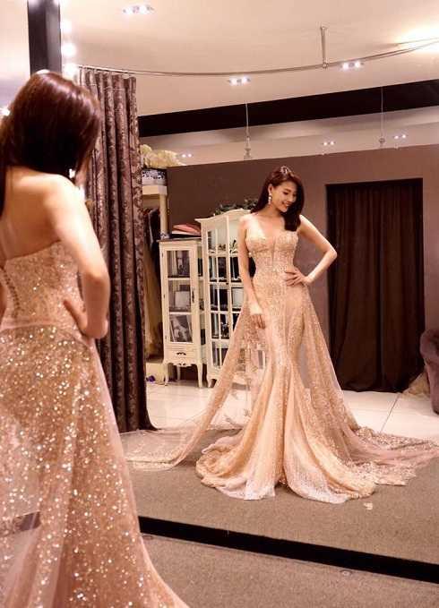 Thúy Diễm thử váy cưới, háo hức cho ngày lên xe hoa cùng nam diễn viên Lương Thế Thành.