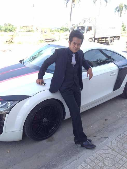 Nam diễn viên Hùng Thuận hạnh phúc khi mua được xe ô tô, phương tiện che nắng che mưa cho anh mỗi lần đi quay phim.