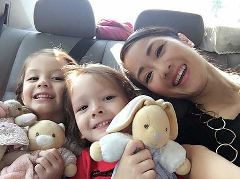 Ba mẹ con Hồng Nhung hạnh phúc khi ra Hà Nội.