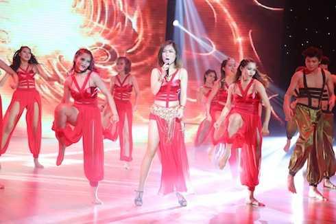 Hương Tràm diện đầm dây xẻ cao khoe eo thon sexy.