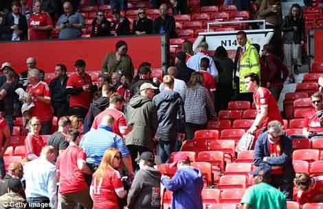 Khán giả được yêu cầu sơ tán khẩn cấp khỏi sân Old Trafford